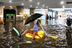 В Швеции затопленный ливнем вокзал превратили в бассейн