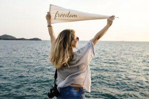 60% людей, состоящих в отношениях, путешествуют одни