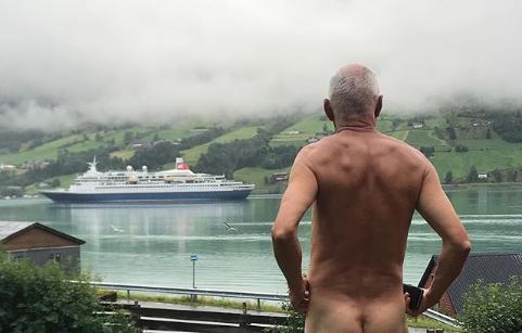 Норвежский политик разделся в знак протеста против туристов