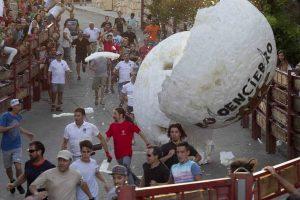 В Испании во время забега с быками мужчину сбил 250-килограммовый шар