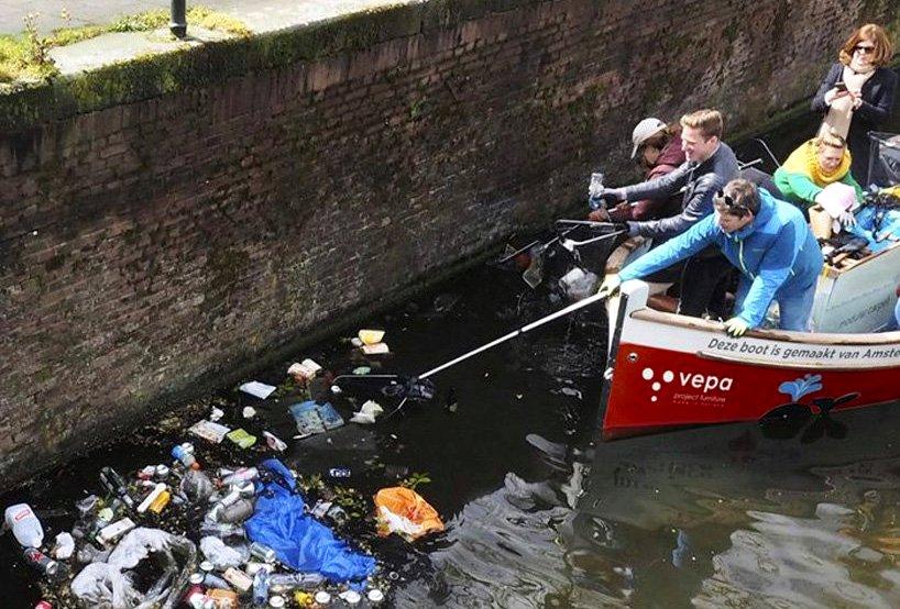 В Амстердаме во время экскурсии предлагают чистить каналы (видео)