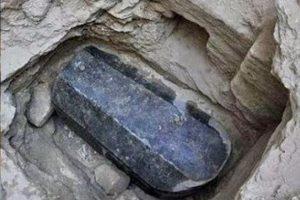 Археологи выяснили, кто был похоронен в загадочном каменном саркофаге