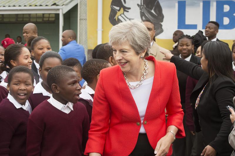 Тереза Мэй станцевала в Кении со скаутами (видео)