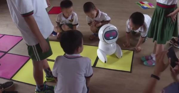 В Китае воспитателей детского сада заменяют роботами.Вокруг Света. Украина