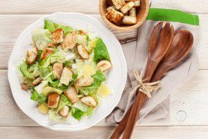 Кухни мира: салат «Цезарь» с курицей