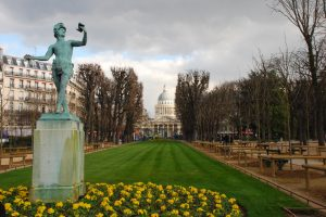 В парках Парижа запретили курить