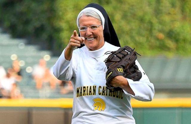 Монахиня стала звездой бейсбольного матча в Чикаго (видео)