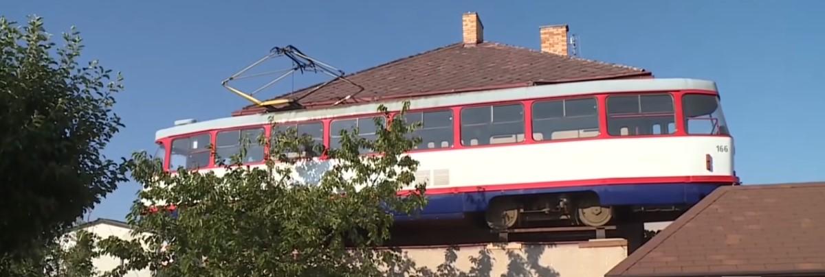 В Чехии на крыше частного гаража установили трамвай