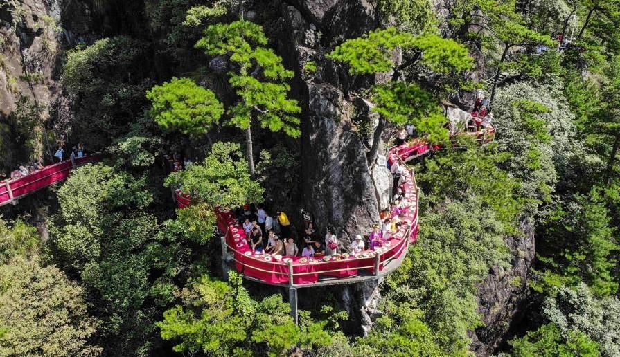 Китае ресторан В Китае открыли ресторан на скале 1 14