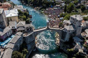 В Боснии и Герцеговине массово прыгали с моста в реку