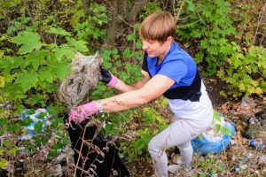 Президент Эстонии убирала уличный мусор в Украине