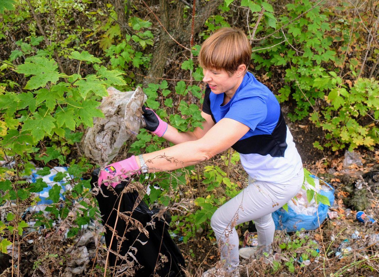 Президент Эстонии убирала уличный мусор в Украине.Вокруг Света. Украина