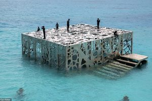 Полиция на Мальдивах разбила уникальную подводную галерею британского художника