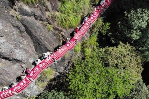 В Китае открыли ресторан на скале