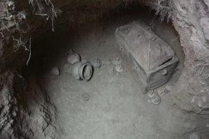 В Греции фермер сделал открытие, провалившись в яму