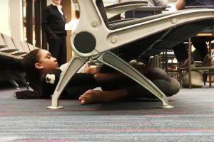 Девушка станцевала лимбо под креслами в аэропорту (видео)