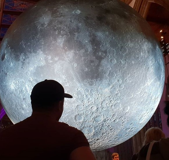 В Европу привезли гигантскую Луну