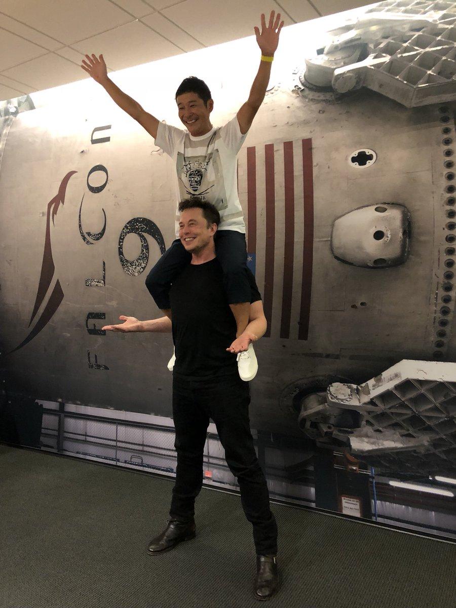 Первым космическим туристом SpaceX станет японский миллиардер