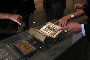 Гречанки решили «освятить» византийские артефакты в музее Афин