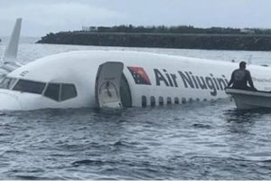 В Микронезии пассажирский самолет сел в океан