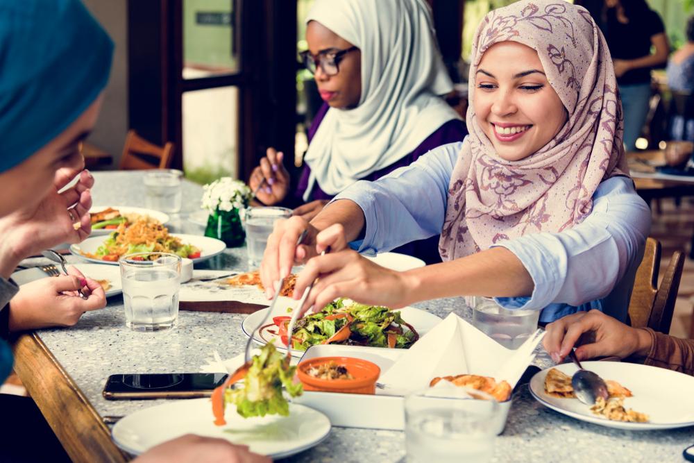 В Индонезии мужчинам и женщинам запретили обедать вместе.Вокруг Света. Украина