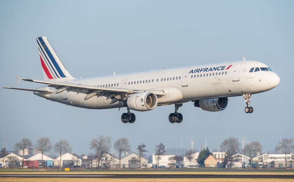 Самолет Air France сдуло ветром с посадочной полосы в Англии: видео