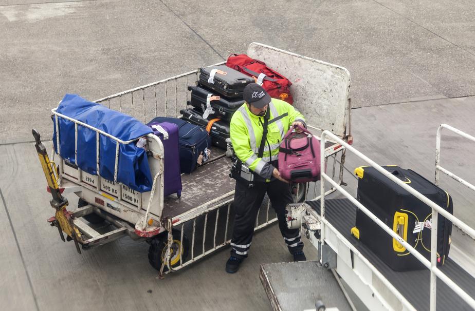 Нежно и с любовью: как грузят багаж в японском аэропорту (видео)