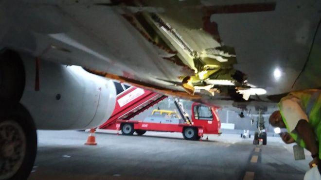 В Индии самолет при взлете задел стену аэропорта