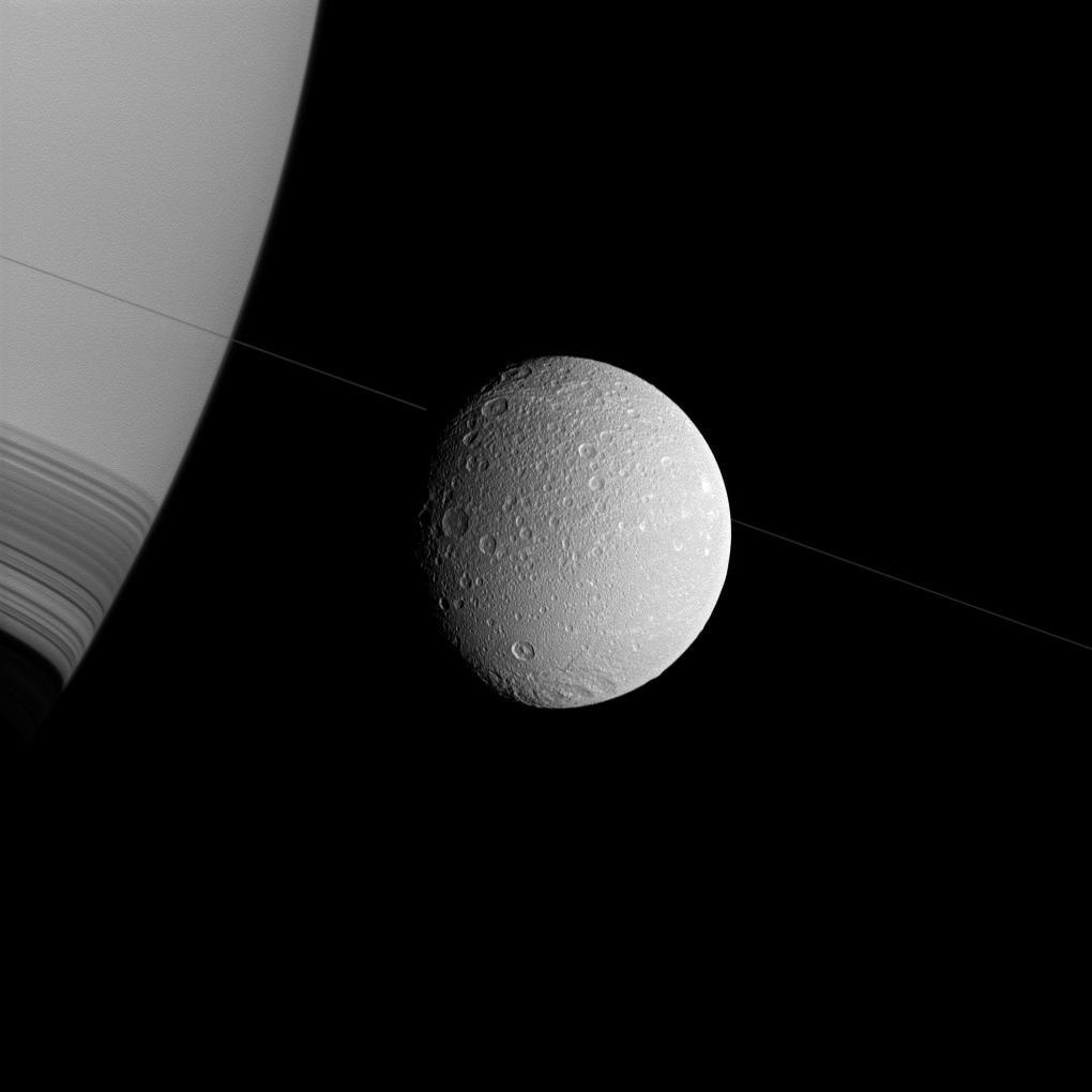Спутник Сатурна исчеркан прямыми линиями