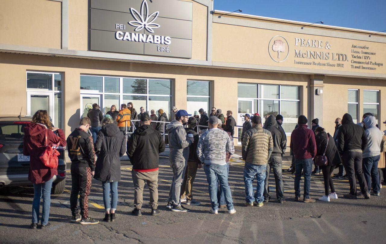 В Канаде выстроились «советские» очереди за марихуаной.Вокруг Света. Украина