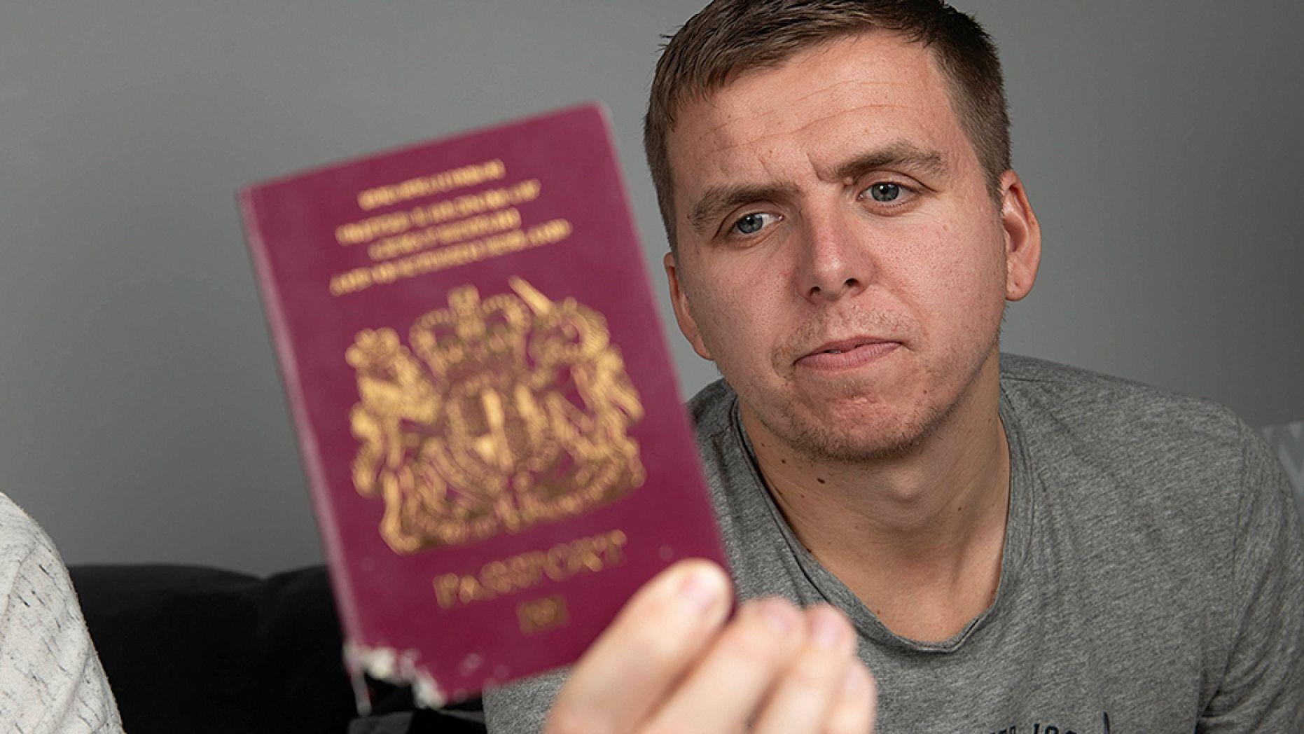$7000 насмарку: молодоженов не впустили на Бали из-за пожеванного паспорта