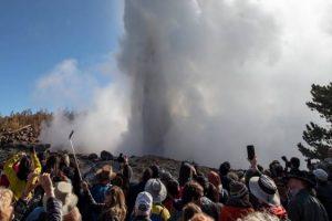 В США гейзер «выплюнул» мусор, оставленный туристами