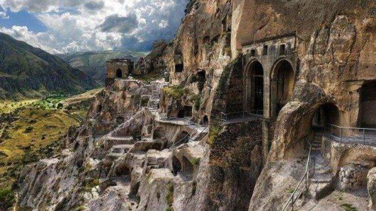 В Грузии закрыли уникальный пещерный монастырь