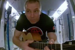 Астронавт снял клип на борту МКС