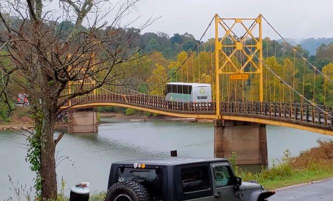 В США мост прогнулся под автобусом