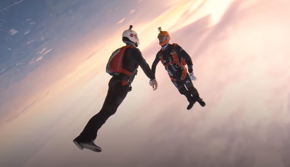 Прыжок с парашютом в замедленной съемке