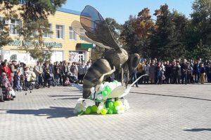 На Волыни открыли самый большой в Украине памятник пчеле