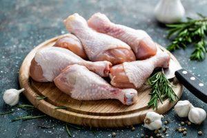 Американцы научились делать мясо из куриных перьев