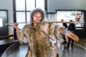 Первобытная медицина: неандертальцы умели принимать роды и лечить болезни