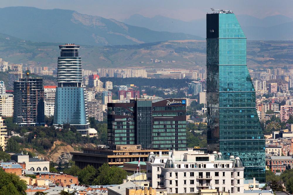 В Грузии мужчина выжил после падения с 14 этажа