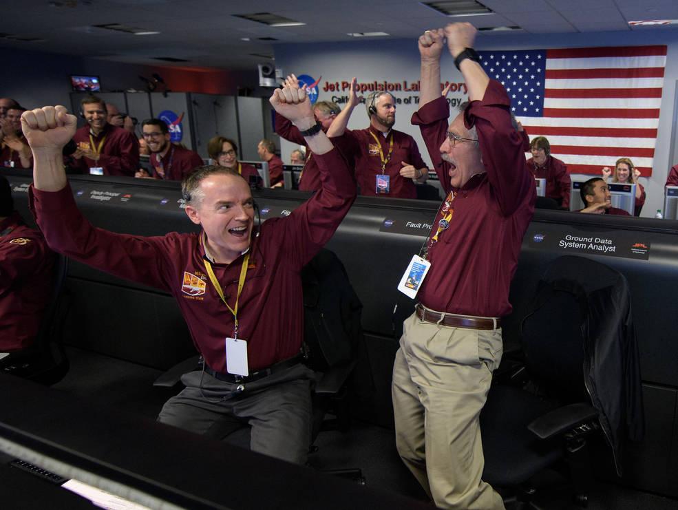 Аппарат InSight прислал первое фото с Марса
