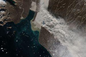 Ледниковая мука: NASA показало пыльную бурю над Гренландией