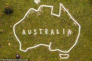 Волонтеры восстановили гигантскую карту Австралии на британских холмах