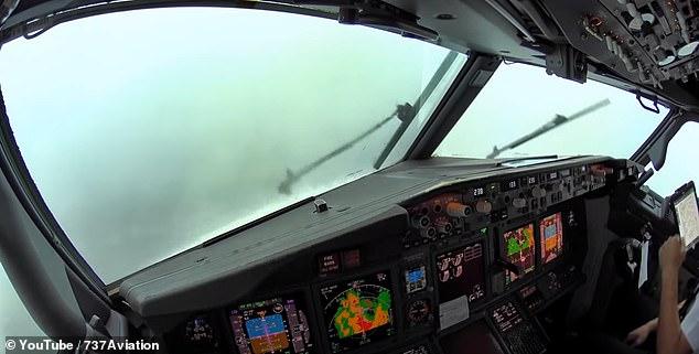 Как посадить самолет во время грозы: видео из кабины пилота