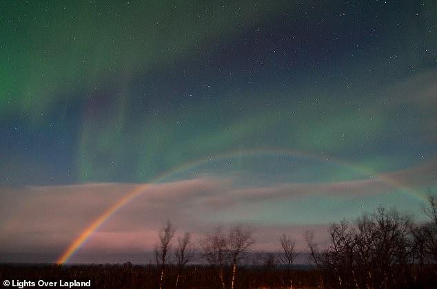 Шведский фотограф поймал в объектив северное сияние и лунную радугу