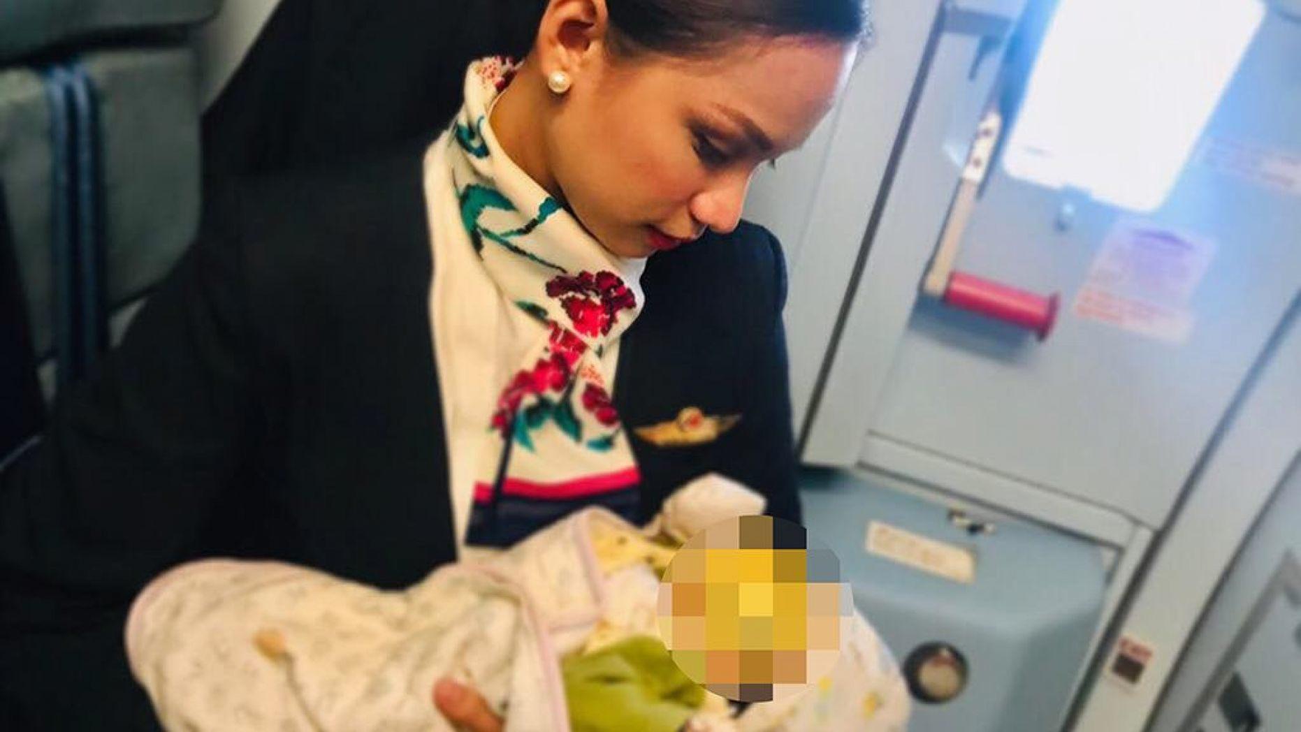 Стюардесса накормила грудью чужого ребенка