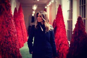 В кроваво-красном: Мелания Трамп украсила Белый дом к Рождеству