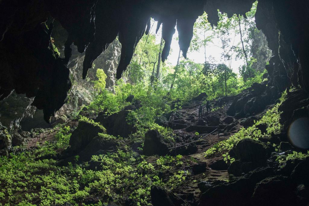 Тайская пещера, в которой летом застряли футболисты, привлекла туристов