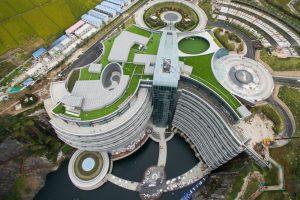 В Китае открыли первый в мире отель в заброшенном карьере