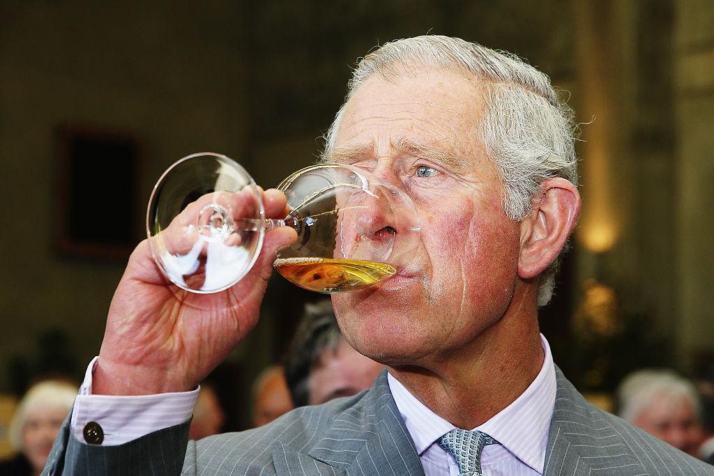 Принц Чарльз заправляет машину белым вином